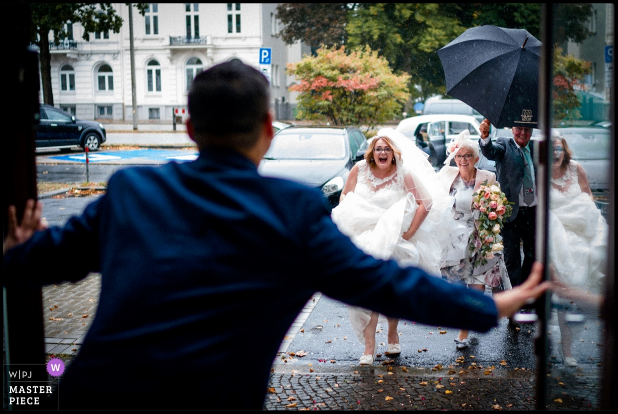 Bride arrives at Hamburg wedding in the rain