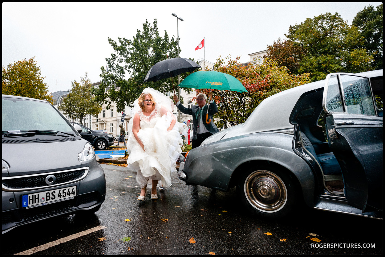 Bride arrives at Altona Rathaus in the rain