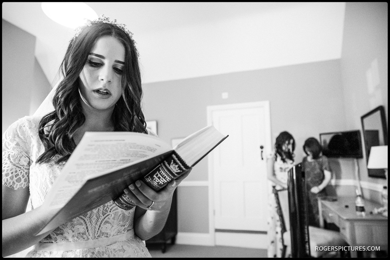 Jewish Bride getting ready at Lawn House in Hatfield near Welwyn