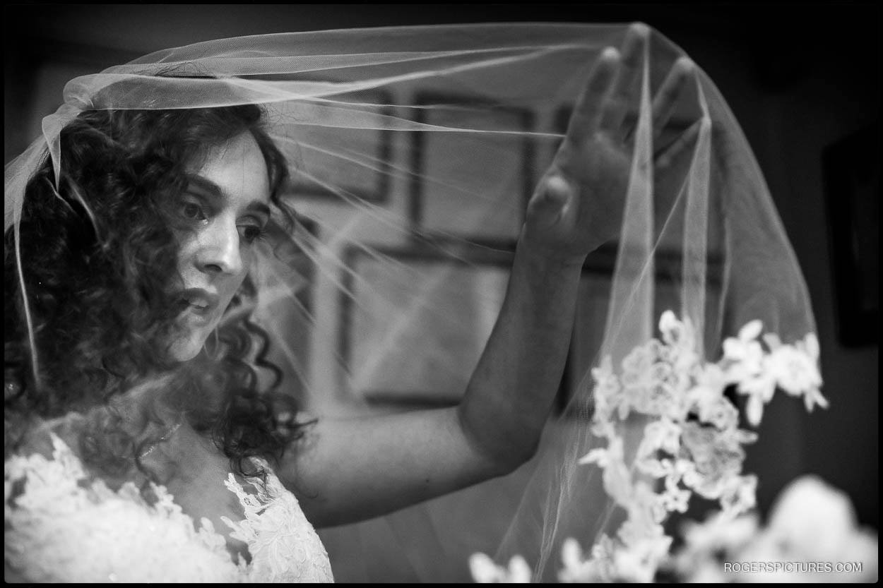 Black and white photo of bride at Hampstead Garden Suburb Synagogue